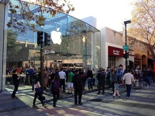 Introducing the redesigned Apple Store, Palo Alto. Grand reopening October 27 at 10:00 a.m. at 340 University Ave.