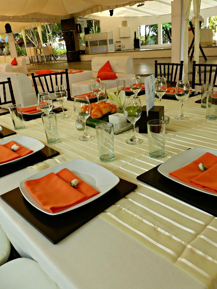 Montaje boda con mesas cuadradas manteler a dorada bases for Manteles de mesa cuadrada