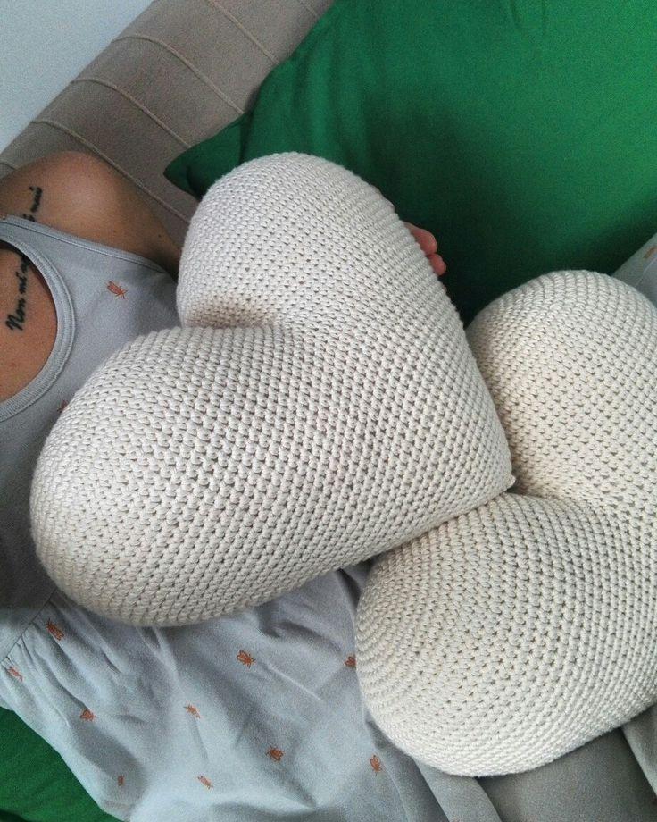 Hello ✋✋✋ Część wszystkim Wam 😀  Kolejne serce w kolorze naturalnym jest już ze mną. Są tak duże, że ciężko uchwycić je w kadrze😂  Wesołej soboty dla Was 😊 #motkisplotki #handmade #poduchaserce #heartpillow #heartproject #interior #polishgirl #crochet #crochetlover #crochetsddict #crochetofinstagram #crochetingofinstagram #serce3d #heart3d #crochetpillow #szydełko #sploty  #decor #kidsdecor #kidsroom  #bedroomdecor #bigheart #dropsdesign #homeinspiration #interiors #mystyle #odt #green…