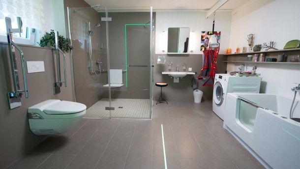 """Barrierefrei: Ein behindertengerechtes Bad in einer Musterwohnung im """"Lebensphasenhaus"""" der Uni Tübingen."""