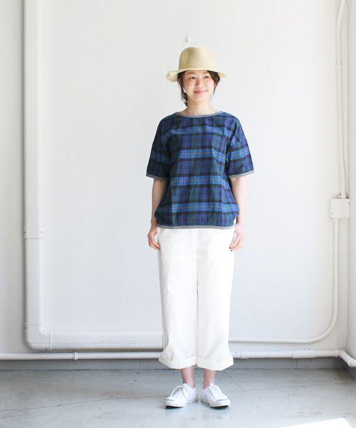 maillot(マイヨ) Twill Check Shirt Tee(ツイルチェックシャツTee) - Special Order -  ブルー  去年より継続のShirt Teeに初めての柄物(チェック柄)を使用し、Special Orderとして特別に作っていただきました。  今季のコレクションに使用しているオリジナルファブリックのコットン100%のツィルチェック地を使用。  落ち着いた色目のチェック柄で柔らかく、少し薄めの生地感でとても肌触りの良い一枚です。   ドロップショルダーのデザインで、ゆったりめのサイズ感。ネックまわりと袖口、裾はフライスでトリミングされています。 シャツ生地で作られた半袖Tシャツ、通気性よく、さらりと涼しく着ていただけるシャツTeeです。  一枚で着て頂いても良し、インナーとしても活躍するアイテムです。