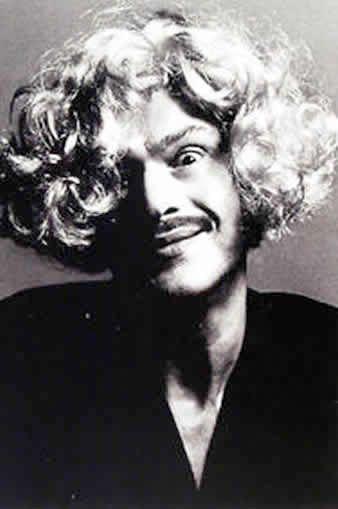 Franco Moschino (1950-1994)  Abbiategrasso.  1983 Funda su propia compañía Moonshadow y lanza Moschino Couture.