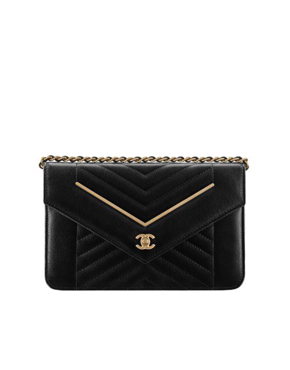 Pochette avec chaîne, agneau & métal doré-noir - CHANEL RTW pré-collection FW 2017-18 #Chanel #ChanelPrecollection #FalWinter2017-18   Visit espritdegabrielle.com L'héritage de Coco Chanel #espritdegabrielle