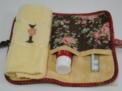 Hoje trago um kit higiene bem diferente dos que já postei aqui. Em forma de rolinho, acomoda uma toalhinha, escova e pasta de dente. Também...