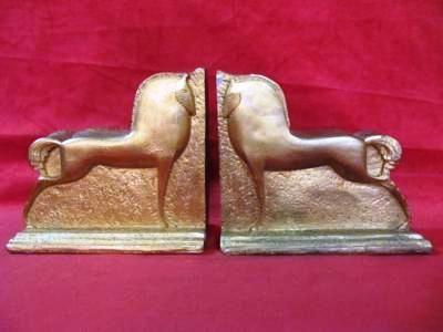 Aparador de livros representando cavalo, na tonalidade dourado.