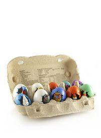 Een geluksei uit Mexico van keramiek in de kleuren wit, blauw, rood, oranje, groen, lila en geel. Uit elk ei piept een diertje.