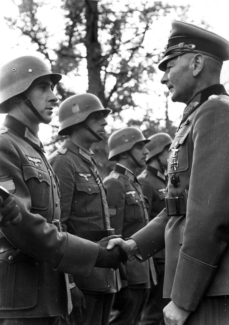 El general Kleffel, jefe del L Cuerpo de Ejército alemán, saludando a un grupo de oficiales españoles. (Archivo VSE)