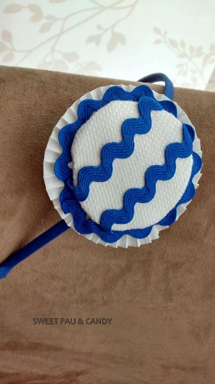 Headband mod.headdress blue  Diadema mod. Tocado azulón/blanco Base metálica forrada con espaguetti azulón de algodón, plisado blanco, ondulina azulón, y maxibotón tela algodón blanco
