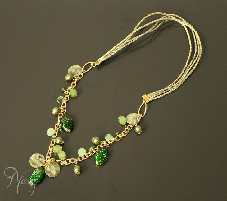 Necklace made with gold leather string, fashion gold chain, green nacar beads, green crystal beads and more. Collar hecho con cuero, cadena dorada de fantasía fina, cuentas verde de nacar, cristales checos y otros.