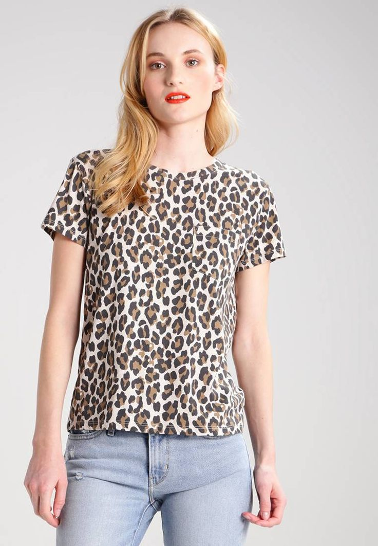 "Levi's®. THE PERFECT - Print T-shirt - thistle ermine. Fit:regular. Outer fabric material:50% polyester, 37% cotton, 13% viscose. Our model's height:Our model is 70.0 "" tall and is wearing size S. Pattern:animal print. Neckline:round neck. Length:norma..."