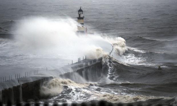 Essere faro e saldezza di fronte alle intemperie.  (Quando un pezzo di terra e il mare disegnano uno stato d'animo: onde sulle scogliere di Seaham Harbour).  Ph: Owen Humphreys/PA