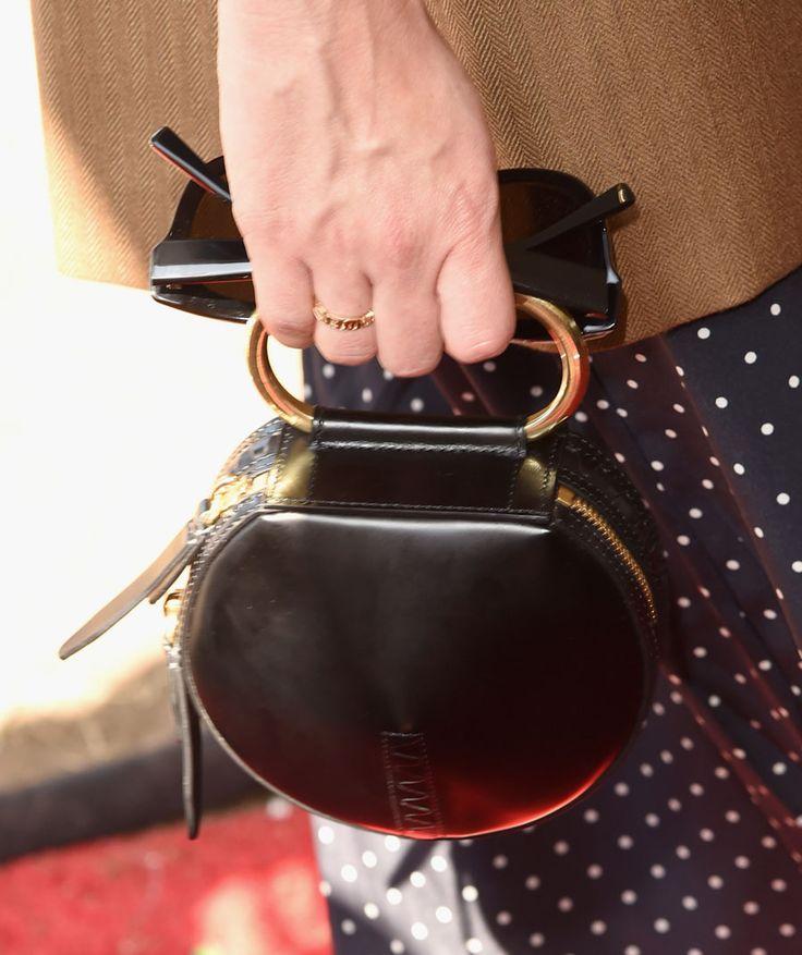 Bolsa escolhida por January Jones assistir uma partida de polo.