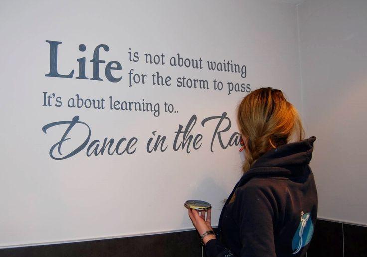 We leggen de laatste hand aan een positief citaat over 'dansing in the rain'. on Lizart  http://lizart.be/wp-content/uploads/painted_texts/muurtekst_danceintherain.jpg