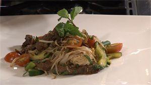 Recept: mihoen met biefstuk gemarineerd in vijfkruidenpoeder en Hoisinsaus