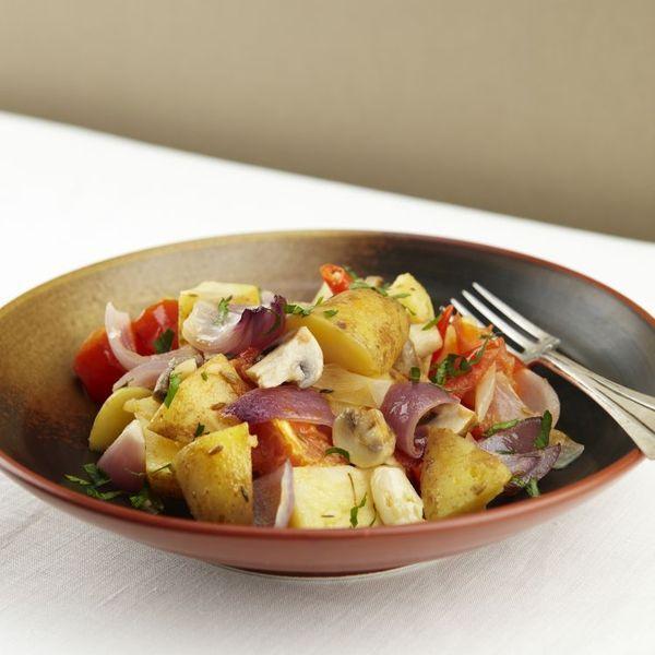 Een overheerlijke ovenschotel met aardappeltjes, champignons, tomaten en chili, die maak je met dit recept. Smakelijk!