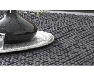 Een dik gevlochten kabelkleed van vilt. Een absolute beauty bij elk interieur! House of MayFlower vloerkleden | UW-woonmagazine.nl