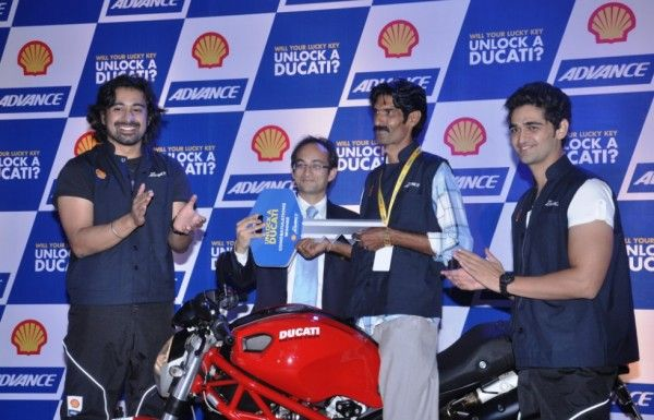 At the scenic Lavasa City limits, Shell Advance announced the name of the winner in relation to its Unlock a Ducati promotional campaign. Launched in January this year, the contest required participants to buy a pack of AX5 or AX7 and SMS the code on the package.