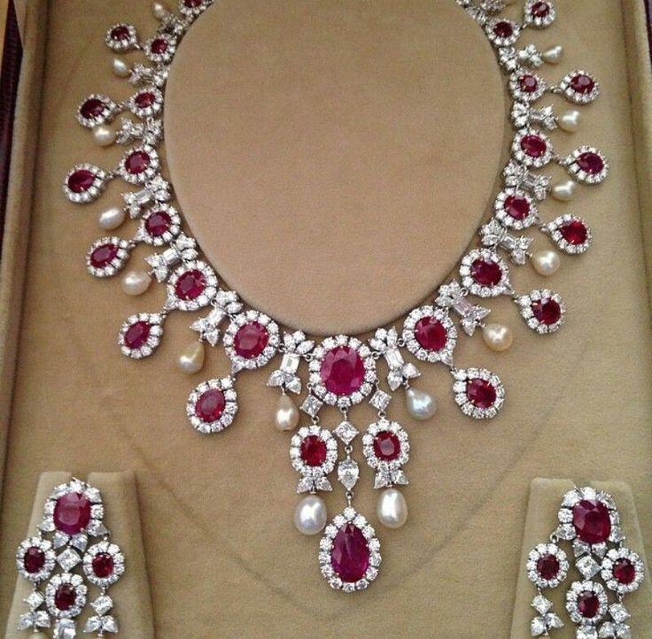 Sparkling set with gems for an Indian bride #Indianwedding, #ShaadiShop