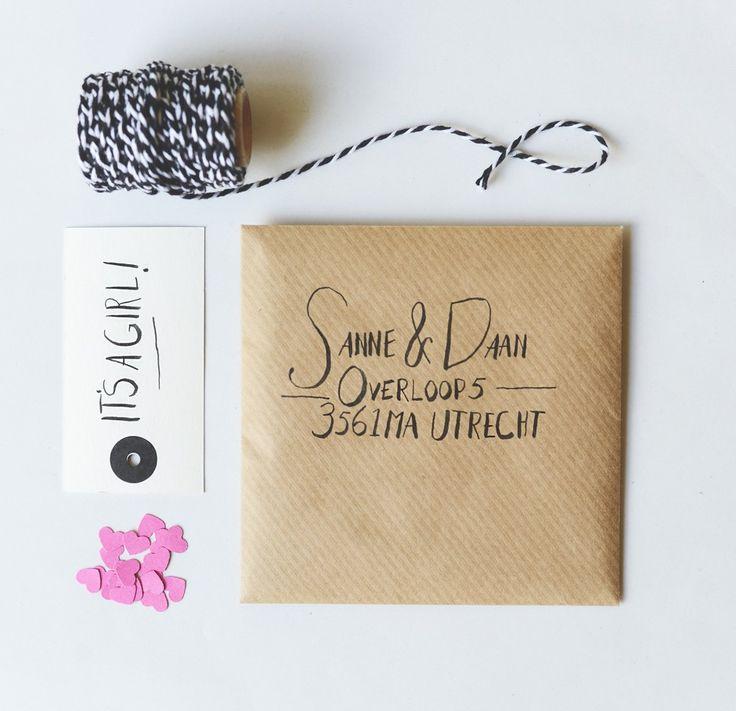 Customize je envelop en geboortekaartje, voeg een tag of label toe en schrijf het adres met aandacht. #envelop #versieren #diy