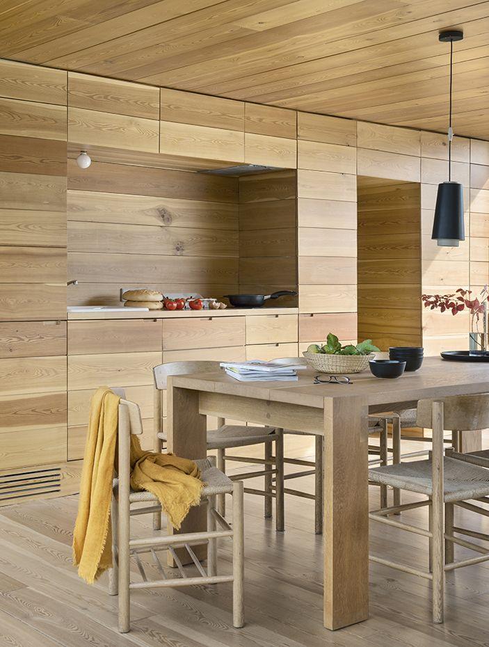 Mesa de comedor realizada a medida por los arquitectos. Las sillas, con estructura de roble macizo y asiento de fibra trenzada, son el modelo J39, diseño de Børge Mogensen que edita Fredericia