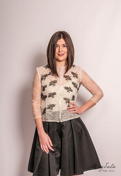 Conjunto de camisa de encaje y falda pantalón negra.  Camisa de encaje beige con aplicaciones de encaje negro. Cuello caja, manga francesa.  Falda pantalón  corta con tablas en el delantero y espalda.   #MagdalaTallerTextil #camisa #encaixe #encaje #lace #confeccionartesanal #tallertextil #atelier #camisaencaje #shirt #laceshirt #faldapantalon