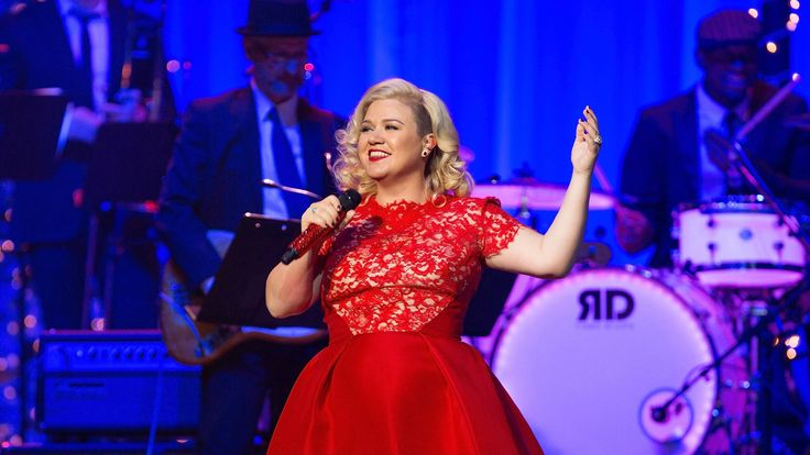 Kelly Clarkson debuts new song with help of adorable baby River Rose