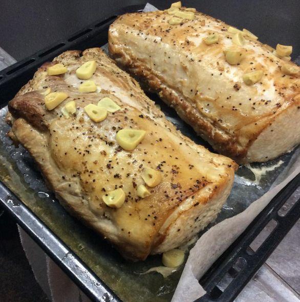 「ロースト○○」と聞くと「何だか難しそう...」そんなイメージがあるかもしれませんが、作り方はとってもシンプルで簡単なんです。オーブンに入れて置くだけなので、その間に他の料理が作れたり、おもてなしにぴったりなんです。そんな「豚肉の120℃ロースト」の作り方をご紹介します。