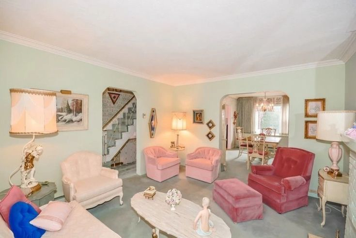 Гостиная... «Я всегда старалась быть оригинальной и следовать своему стилю. Мои любимые цвета — розовый, фиолетовый, цвет морской волны», — признается хозяйка дома. Несмотря на возраст, она самостоятельно ухаживала за домом, пока не выставила его на продажу.