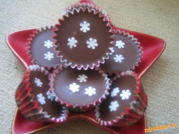 Salkové šuhajdy 1 salko, 10 dkgmasla, 10 dkgmletých orechov, 1 vanilkový cukor, ½ stuženého tuku – (cery), 15 – 20 dkg čokolády na varenie  Do hrnca dáme salko, maslo, orechy a vanilkový cukor. Chvíľu povaríme, kým sa nerozpustí maslo, aby sa všetko dobre spojilo. Necháme trochu vychladnúť. Pripravíme si čokoládovú polevu (ja robím tak , že čokoládu si rozpustím aj s cerou nad parou). Polevu nalejeme do košíčkov 1 až 2 ČL, potom dáme plnku a nakoniec čokolád polevu a ozdobíme podľa…
