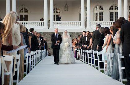 Sei bem que as minhas leitoras amam dar pitacos em vestidos de noiva. Depois de assistir, no Fantástico, sobre o casamento milionário de Chelsea Clinton and Marc Mezvinsky, não pude deixar de busca…
