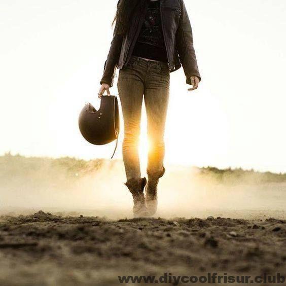 Das Bild kann enthalten: eine oder mehrere Personen, stehende Personen, Schuhe ….   – Motorrad