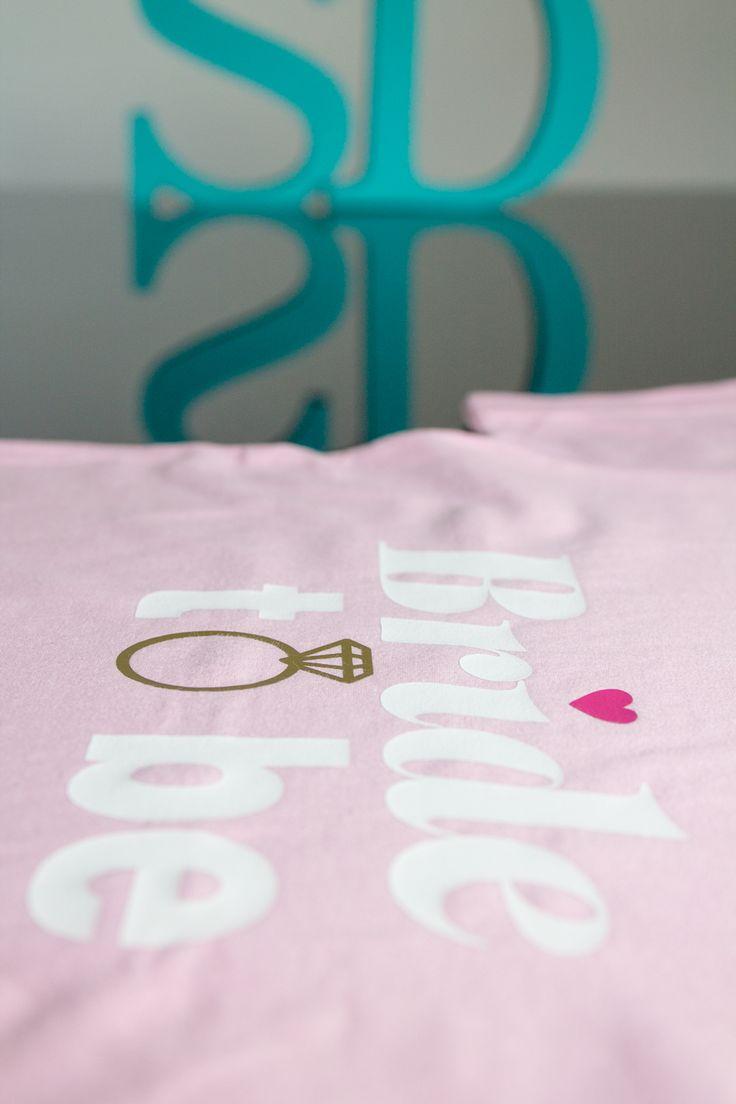 Camisetas e Regatas Personalizadas para sua festa de Team Bride. Você pode escrever qualquer frase na camiseta. Pode-se estampar na frente e nas costas. Modelos exclusivos e matéria prima importada. Ótimo acabamento. Novidade: Aplicação de Strass. Tamanhos P, M, G e GG  Maiores Informações por Whatsapp (11) 98950-2535 ou www.santadespedida.com.br  #camiseta  #regata  #tee  #tshirt  #camista  #team  #bride  #teambride  #casamento  #wedding  #despedida  #solteira  #bachelorette    #strass