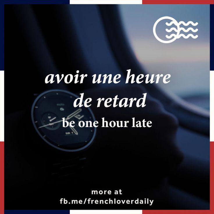= (esp.) tener/llevar una hora de retraso, (angl.) to be one hour late, (néerl.) een uur te laat zijn, een uur vertraging hebben