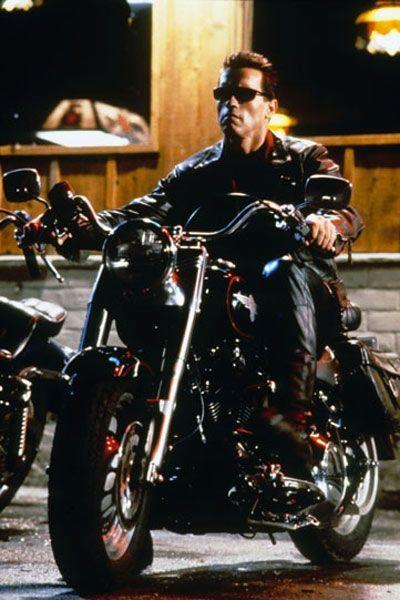 """""""Terminator"""" chevauchant une Harley Davidson. Les méchants ne sont pas des vrai…"""