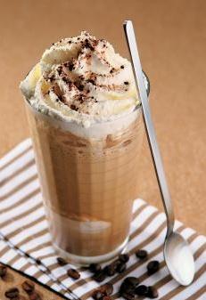 Café Helado, leche con café, helado de vainilla, crema chantilly, salsa de chocolate y unas galletitas... para las tardes de verano