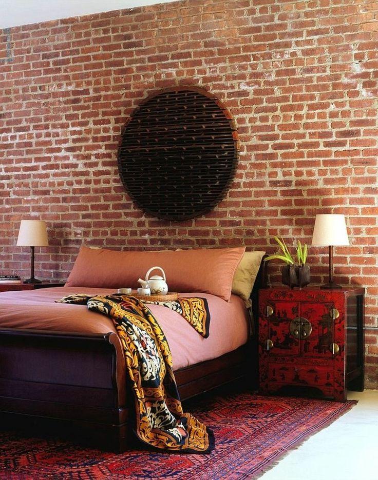 dormitorio con pared de ladrillo y adornos en la pared