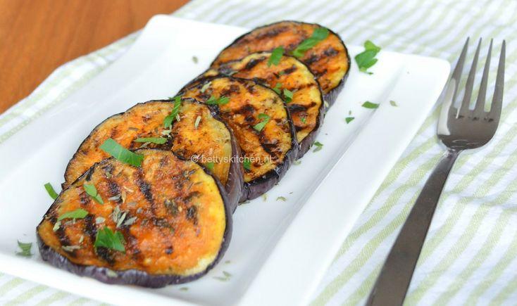 In de zomer eten wij heel vaak auberigine. Deze typisch Mediterrane groente is ook ideaal om te grillen, serveer hem dan als bijgerecht bij de BBQ. Maar koud zijn deze gegrilde aubergines ook heel lekker: bijvoorbeeld bij tapas of als voorafje. Recept voor gegrilde Aubergines: (bijgerecht voor 2-3 personen) Ingrediënten: 1 grote aubergine, 3-4 eetlepels …