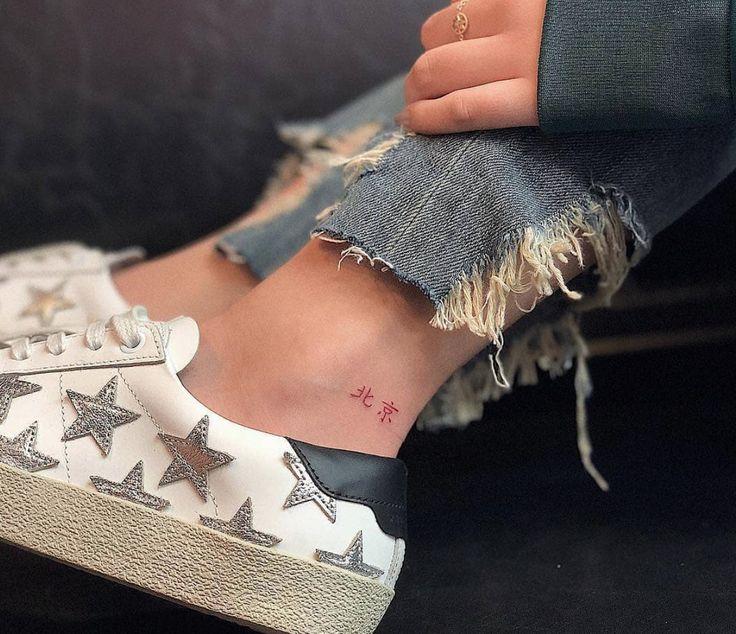"""Tatouage encreur rouge en chinois disant """"Beijing"""" fait par @indira_txttoo   www.otziap …   – Quote Tattoos"""