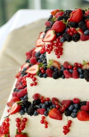 Berry cheesecake wedding cake  Lekker veel zomers fruit erop.