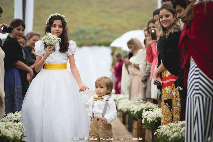 Dama de honra e pajem do casamento de Carol e Gustavo, publicado no Euamocasamento.com. As fotos são de  Rachel Escobar. #euamocasamento #NoivasRio #Casabemcomvocê