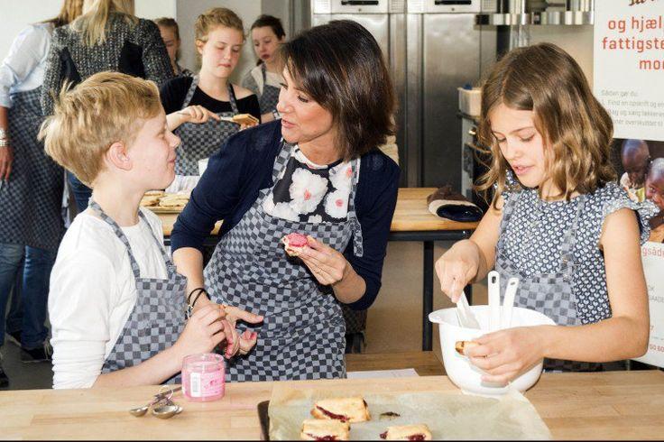 Princesse Marie avait l'air assez à la maison quand elle cuisait avec les enfants aujourd'hui.
