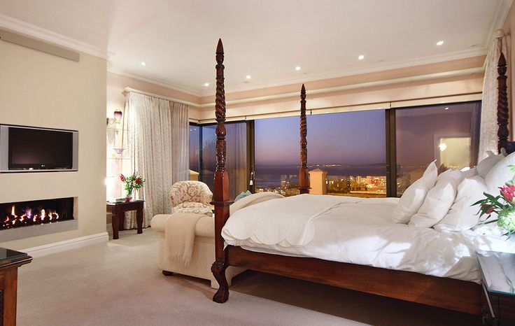 Hamilton House, Fresnaye, Cape Town www.hamiltonhousecapetown.com Master suite looking over Sea Point and the Atlantic Ocean