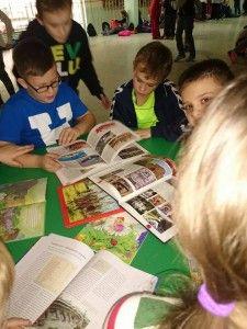 """Akcję, której hasło przewodnie brzmiało """"Odlot z książką – wypożycz książkę na ferie"""" zaplanowano w dniach 12 – 16 stycznia 2015.  Aby zachęcić uczniów do czytania, rozbudzić w nich ciekawość i sprawić, żeby uwierzyli, że z książką można równie miło spędzić czas, postanowiliśmy wybrać dla każdej z klas ciekawą pozycję, której fragmenty były czytane przez trzy kolejne dni."""