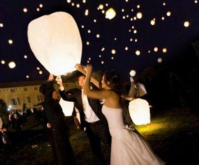 Witte Wens Ballon - Vliegende Lantaarn HuwelijkWens ballonnen hebben de klassieke vorm van een hete lucht ballonHoogte van de lantaarn is 75 cmDe lantaarns hebben een reeds gemonteerde en afgeschermde...