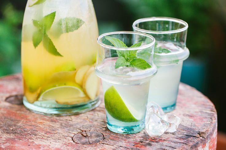 Sommereistee Etwa 5 TL Grüner Tee 45 g Ingwer 1 EL Bio-Honig 3 Bio-Limetten 1 Handvoll Minze