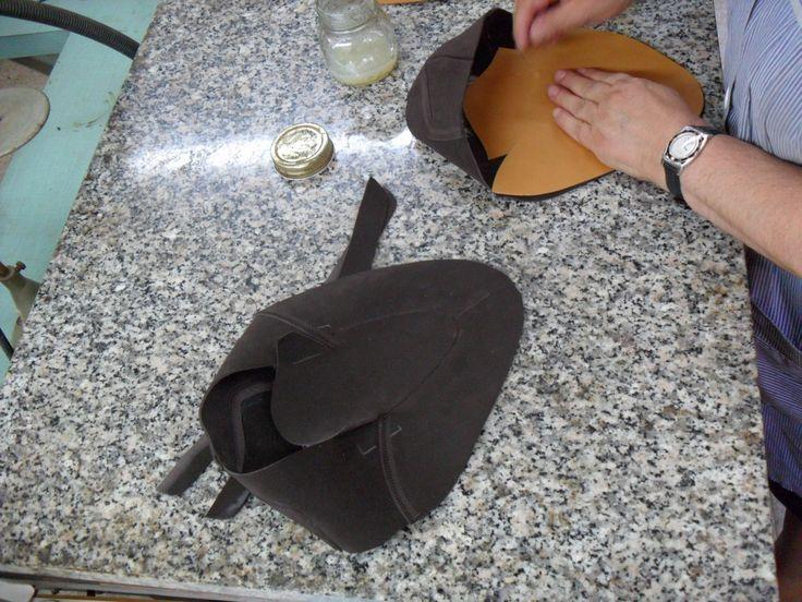 Incollaggio fodera con colla naturale per calzature su misura
