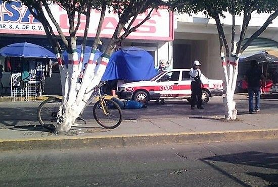 Taxista atropella a peatón y lo fractura, en pleno centro de Poza Rica - http://www.esnoticiaveracruz.com/taxista-atropella-a-peaton-y-lo-fractura-en-pleno-centro-de-poza-rica/