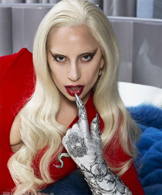 """Lady Gaga ganhou o Globo de Ouro de Melhor Atriz em Minissérie por seu trabalho em """"American Horror Story: Hotel""""! E a série em si está chegando ao fim – mas não tem como esquecer os belíssimos looks de Gaga, né? A responsável por eles é a figurinista Lou Eyrich, que já ganhou dois Emmys por seu trabalho em temporadas anteriores de AHS na categoria de Melhor Figurino de Minissérie, em 2014 e 2015."""