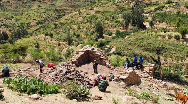 Harlaa - Warga Harlaa kota kecil di Ethiopia selalu yakin bahwa ada sesuatu yang istimewa tentang kota mereka. Selama puluhan tahun para petani kerap menemukan koin China tembikar kuno dan puing reruntuhan dengan jumlah banyak. Mereka mengira ada raksasa tidur yang bangun pada waktu tertentu untuk memindahkan puing-puing itu. Namun dikutip dari QZ.com pada Rabu (21/6/2017) setelah dua tahun tim arkeologi dari Universitas Exeter Addis Ababa dan Universitas Leuven Belgia menggali kawasan itu…