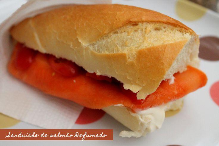 Sanduíche de Salmão Defumado: Morro de amores por salmão defumado. Daí que outro dia, passeando pelo Hortifruti, vi uma bandejinha de salmão fatiado e defumado (essa aqui), já ...